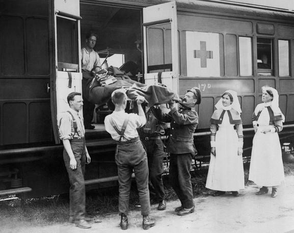Ambulance-train-with-nurses-IWM
